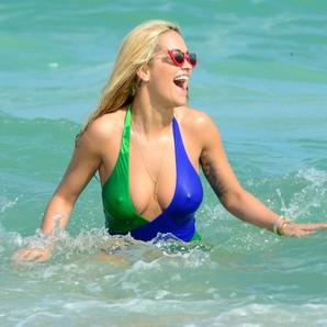 rita-ora-on-the-beach