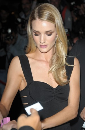 rosie-huntington-whiteley-a-tarea