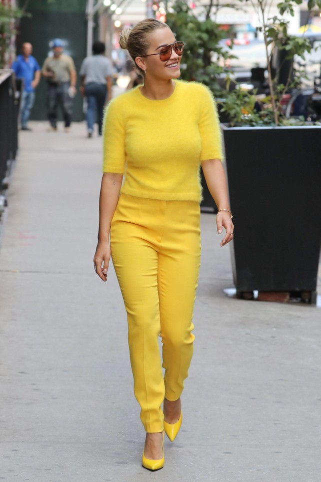 rita-ora-no-teme-a-la-mala-suerte:-yellow-total-look